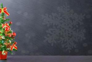 zwart bord omlijst met kerstboomversieringen, ruimte voor een tekst foto