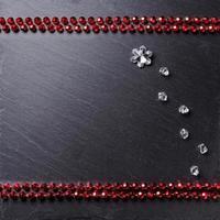 zwart bord omlijst met decoraties, ruimte voor een tekst, bovenaanzicht foto