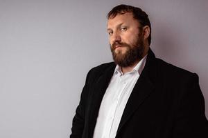 knappe zelfverzekerde volwassen man met baard foto