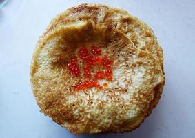 Russische pannenkoeken met rode kaviaar foto
