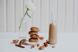 gezonde zelfgemaakte havermoutkoekjes met walnoten. gezond veganistisch voedselconcept. foto