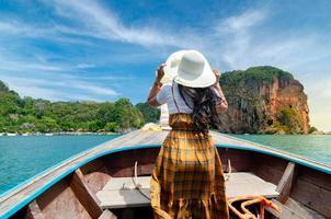 koh kai vrouwen zijn blij op de houten boot krabi thailand foto