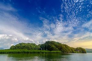 thailand krabi reiseiland in de helderblauwe dagenruimte foto
