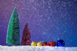 prettige kerstdagen en gelukkig nieuwjaar begroeting achtergrond. kerstlantaarn op sneeuw met spar foto