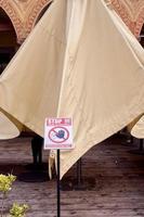 waarschuwingsbord voor beperkte toegang vanwege covid pandemische situatie foto