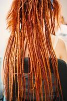 close-up van meisje terug met afro vlechten vlechten en kanekalon dreadlocks. foto