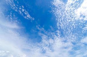 blauwe hemel met cloud foto