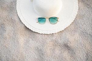 hoeden en brillen bevinden zich op een heldere dag op de zeeblauwe zeestranden foto