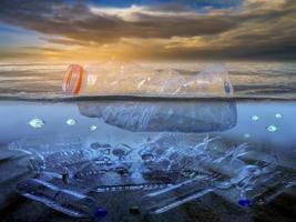 plastic afval op het strand, de zee, het concept van natuur- en milieubehoud foto