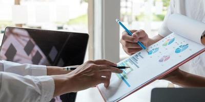 close-up zakenmensen bijeenkomst om de situatie in de markt te bespreken. zakelijk financieel concept foto