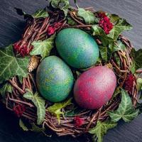 paaseieren met decoratie. kippeneieren in een vogelnest. foto