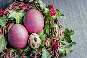 paaseieren met decoratie. kwartels en kippeneieren in een vogelnest. foto
