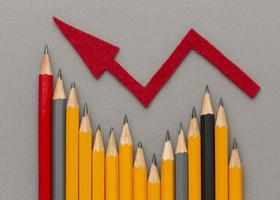 bovenaanzicht potloden en rode pijl foto