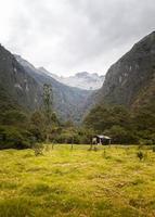 landschap met bergen en weide foto