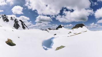 klein alpenmeer komt in de lente uit de dooi foto