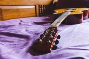 klassieke gitaar op de bank foto