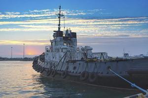 schepen 's avonds op de pier aan de waterkant van de zeehaven foto