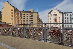 liefdessloten bevestigd aan een brug van liefdesreling in centraal helsinki, finland foto
