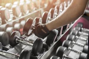 man met gewicht in sportschool foto