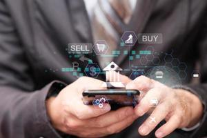 zakenman met behulp van smartphone online bankieren en betalingen foto