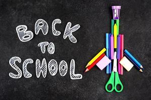 terug naar schoolachtergrond met schoolbenodigdheden foto