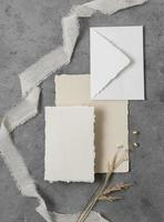 bovenaanzicht bruiloft arrangement met ring en envelop bloemen foto