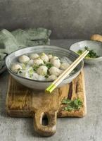 arrangement van heerlijke bakso bowl foto
