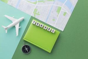 reisconcept met wit vliegtuig en kaart foto