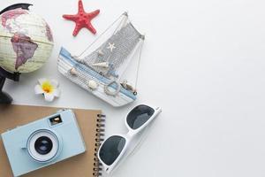 reisartikelen op witte achtergrond plat leggen foto