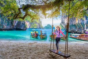 vrouwen die een hoed dragen om op het eiland Koh Lao Laing Krabi Thailand te zitten foto