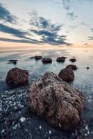abstracte zonsondergang op de Egeïsche zee met wazig bewegingswater, kassandra, griekenland. foto