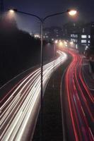 verkeerslicht trail 's nachts. luchtfoto van licht stadsverkeerspad 's nachts, in belgrado, servië, europa. foto