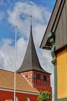 uitzicht op de kerk van Svaneke op het eiland Bornholm in Denemarken foto