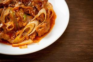 roergebakken varkensvlees met Koreaanse pittige pasta en kimchi foto