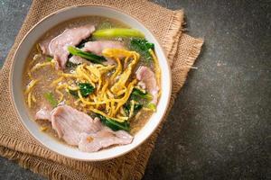 krokante noedels met varkensvlees in jussaus foto