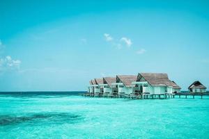 prachtige tropische Malediven resorthotel en eiland met strand en zee foto