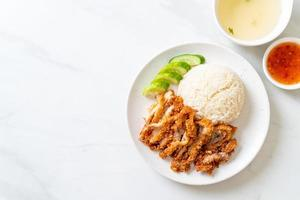 hainanese kiprijst met gebakken kip foto