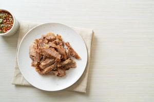 gegrilde varkensnek of houtskoolgekookte varkensnek met Thaise pittige dipsaus foto