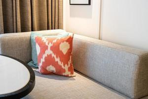 mooie kussendecoratie op bank in woonkamer foto