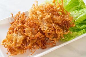 gefrituurde enoki-paddenstoel of gouden naaldpaddenstoel - veganistische en vegetarische voedingsstijl foto