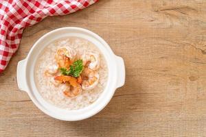 pap of gekookte rijstsoep met garnalen bowl foto