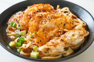 ramen noedels met gyoza of varkensvlees dumplings - Aziatische voedselstijl foto