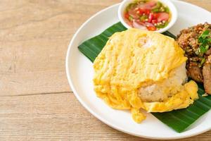 ei op gegarneerde rijst met gegrild varkensvlees en pikante saus - Aziatisch eten foto