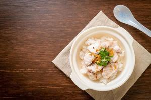 pap of gekookte rijstsoep met vissenkom foto