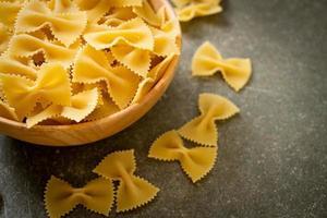 droge ongekookte farfalle pasta in houten kom foto