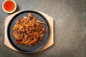 krokant gebakken mosselpannenkoek of mosselomelet foto