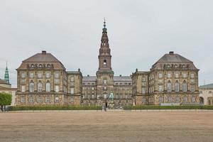 het hoofdgebouw van christiansborg slot copenhagen, denemarken foto