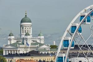 reuzenrad en kathedraal van het bisdom in helsinki, finland foto