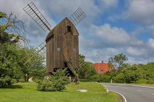 houten paalmolen in denemarken, svaneke bornholm island foto