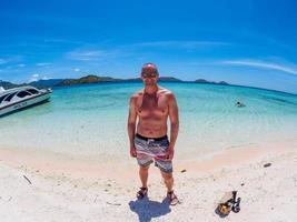 blanke man op het strand van flores taka makassar foto